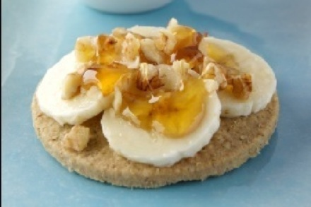 Oatcakes topped with bananas