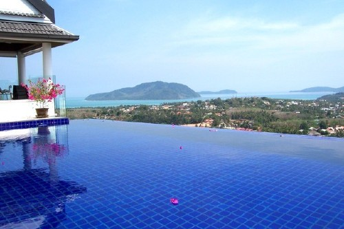 14 holiday home rentals with amazing infinity pools for Amazing holiday rentals
