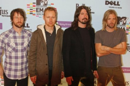 Taylor Hawkins (right) with his bandmates