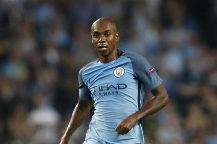 Fernandinho walking suspension tightrope