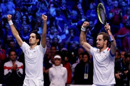 France close in on Davis Cup glory