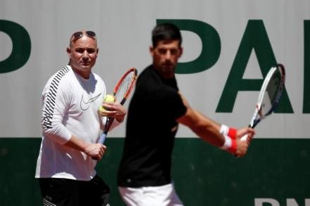 Agassi to remain in Djokovic's camp